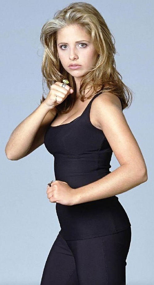Buffy the Vampire Slayer (Sarah Michelle Gellar) in black ready to fight