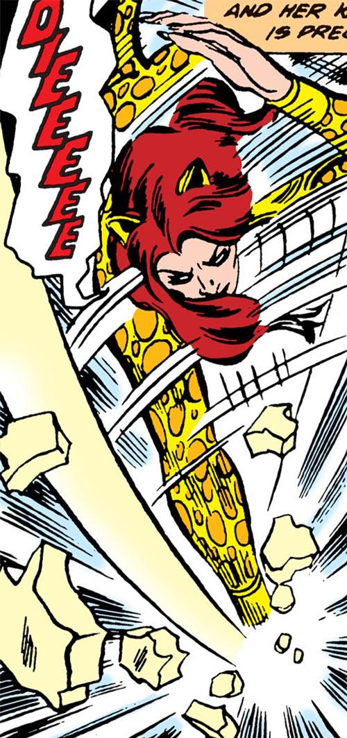 Cheetah (Wonder Woman enemy) (DC Comics) (Domaine) shatters thick Plexiglas