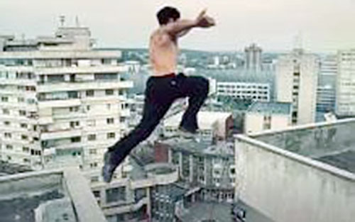 Leito (David Belle in District B13 / Banlieue 13) leaps between 2 buildings