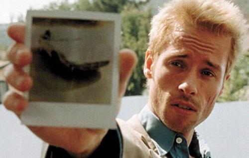 Leonard Shelby (Guy Pearce in Memento) shows a Polaroid photo