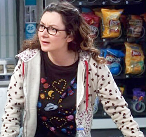 Leslie Winkle (Sara Gilbert in Big Bang Theory) next to a vending machine