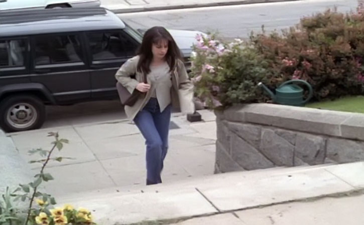 Piper Halliwell (Holy Marie Combs) climbing up stairs
