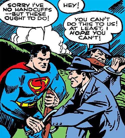 Superman in 1942 (DC Comics) - arresting gunmen
