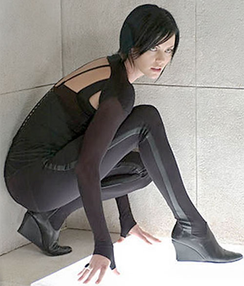 Aeon Flux (Charlize Theron) crouching