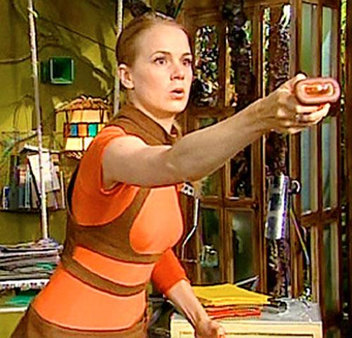 Alex (Berta Errando in Club Super-3) using her remote