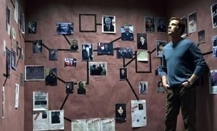 Charlie Crews (Damian Lewis) ponders photos