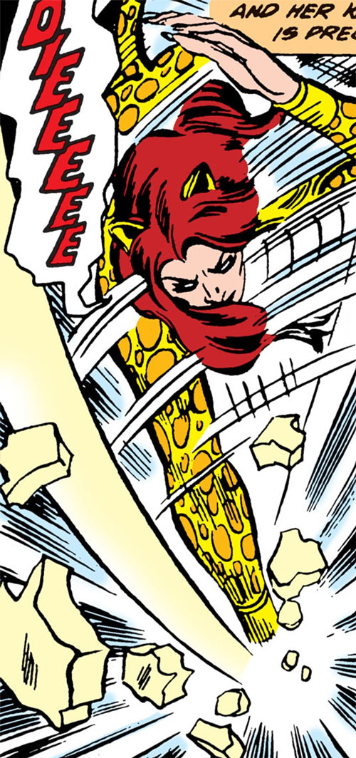 Cheetah (Wonder Woman enemy) (DC Comics) (Domaine) shatters thick Plexiglas