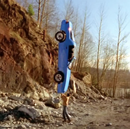 Clark Kent (Tom Welling in Smallville) lifts a car