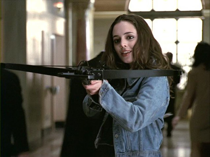 Faith Lehane (Eliza Dushku) aims a crossbow