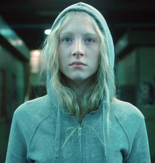 Hanna (Saoirse Ronan) in a light blue-grey hoodie