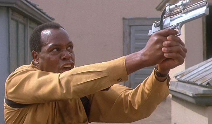 Detective Harrigan (Danny Glover) aims his Desert Eagle