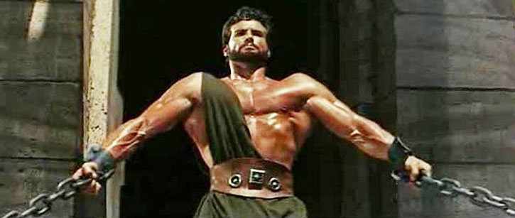 Hercules (Steve Reeves) about to break his chains