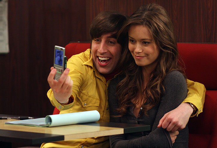 Howard Wolowtiz (Simon Helberg) takes a selfie with Summer Glau