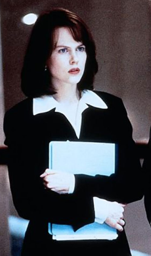 Julia Kelly (Nicole Kidman in The Peacemaker) holding a file