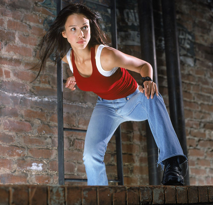 Max Guevara (Jessica Alba) in blue jeans and a red top