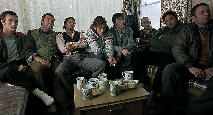 Mickey O'Neil (Brad Pitt) and fellow travellers