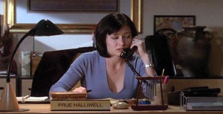 Prue Halliwell (Shannen Doherty) working at her desk