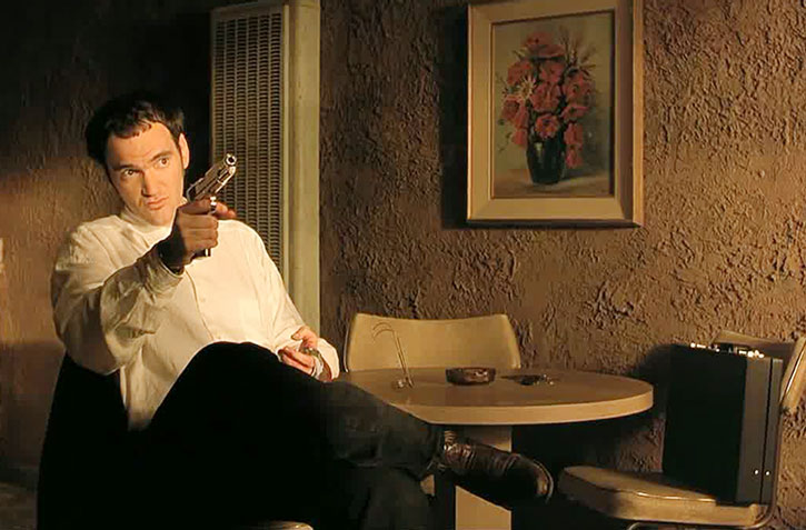 Richard Gecko (Quentin Tarantino) pointing a pistol