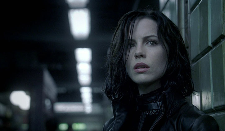 Selene (Kate Beckinsale) in a subway station