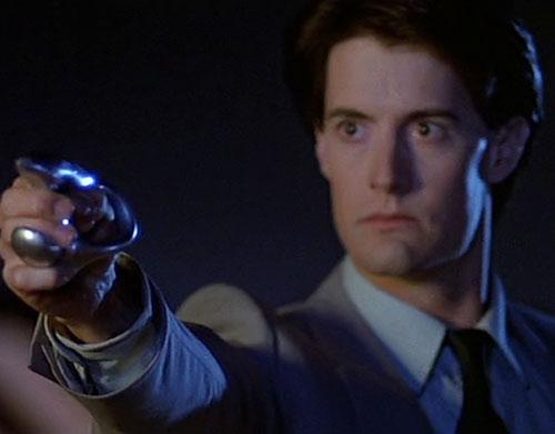 Kyle MacLachlan in The Hidden with an alien gun